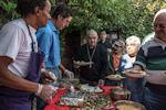 Mgr Cattenoz partage le buffet de la St François